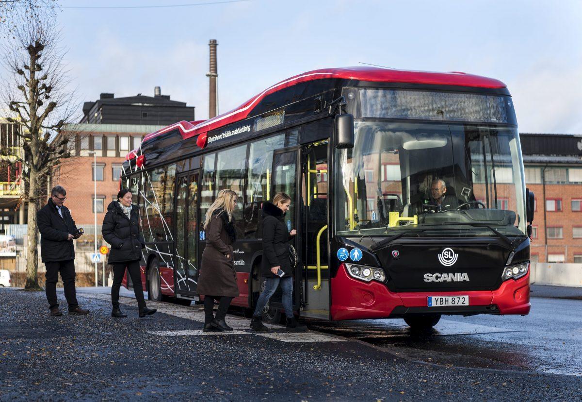 Bus Scania Citywide Hybrid con cargador inductivo en Södertälje, Suecia <br>Foto: Dan Boman 2016