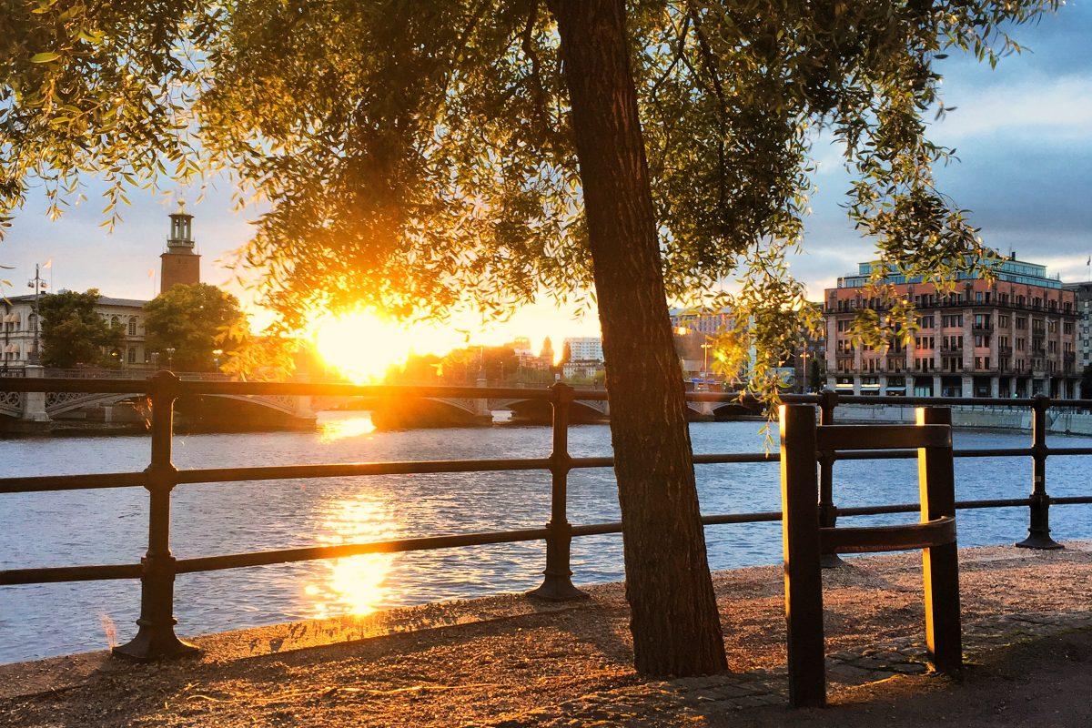 Puesta de sol en verano en Estocolmo con el ayuntamiento al fondo <br> Foto: Israel Ubeda / sweetsweden.com