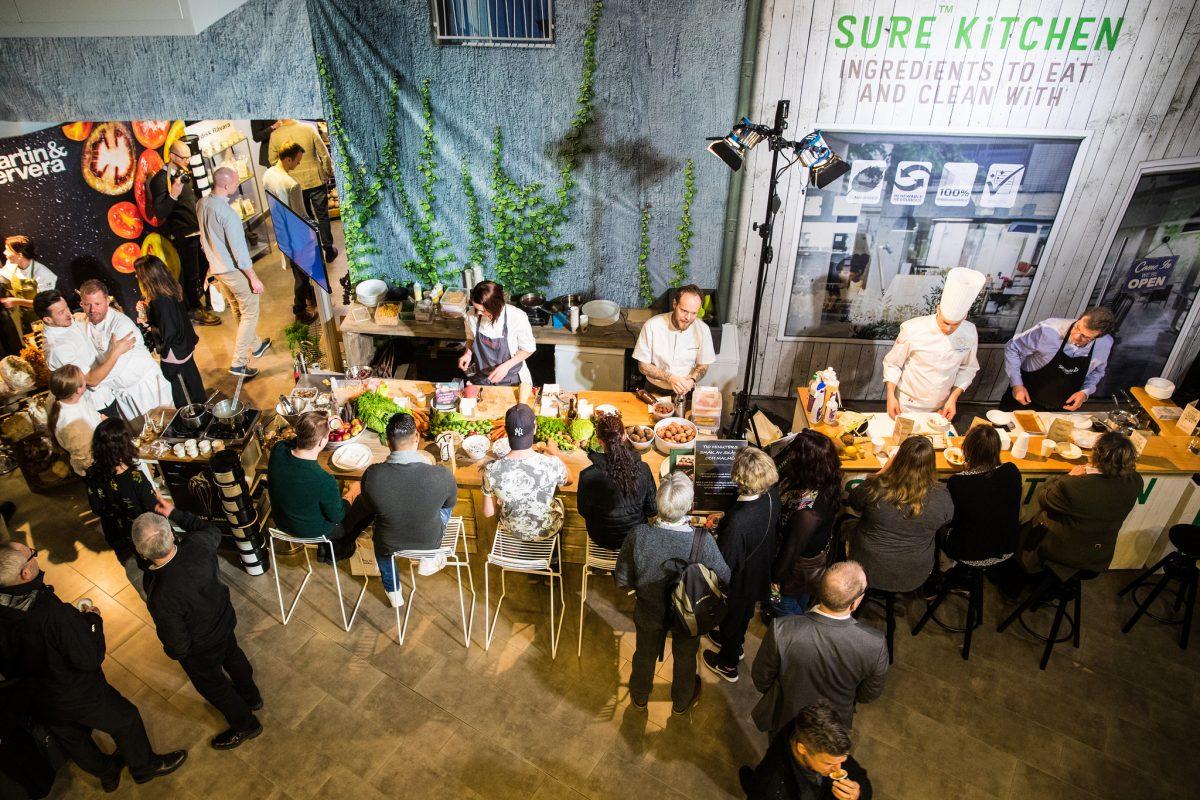 El público probado los platos de algunos cocineros <br /> Foto: Madeleine Landley