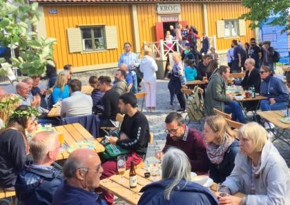 Multitud tomando algo en Skansen, Estocolmo Foto: Israel Úbeda / sweetsweden.com