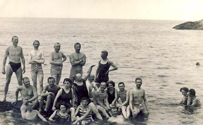 Hombres y mujeres bañandose juntos en Mölle, Suecia en 1910 <br> Foto: hotelmolleberg.com