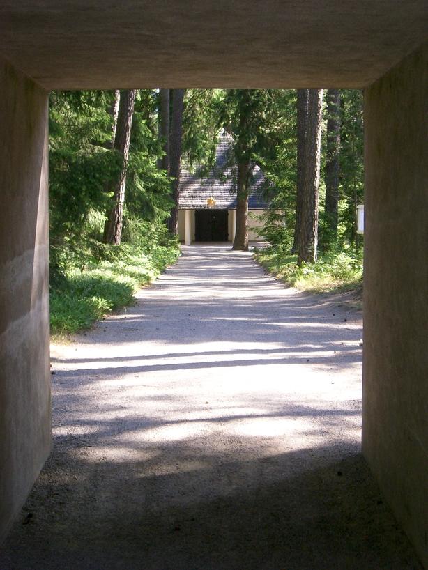 Vista del sendero que lleva a la Capilla del Bosque <br> Foto: Israel Úbeda / sweetsweden.com