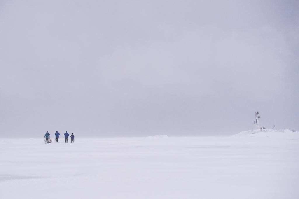 Caminando por el mar Báltico helado - Foto: Ted Logart / visitskellefteå.se