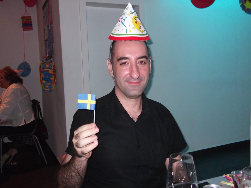 Sergi, asiduo lector en la kräftskiva <br> Foto: Israel Úbeda/sweetsweden.com