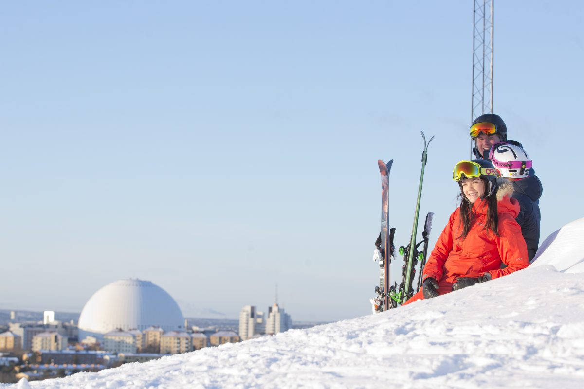 Family skiing at Hammarbybacken, Stockholm, with a view over the Globen building in the background <br /> Photo: Skistar