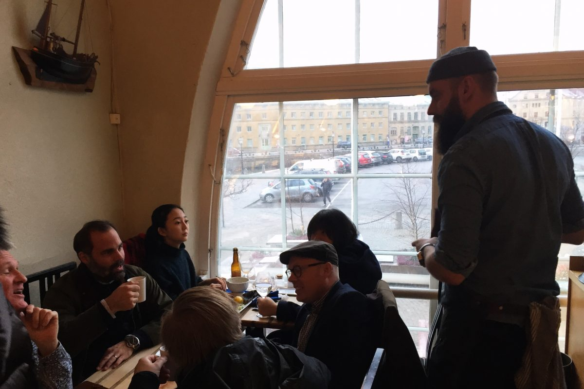 Johan Malm atendiendo a clientes en Restaurang Gabriel, Gotemburgo <br> Foto: Israel Úbeda / sweetsweden.com