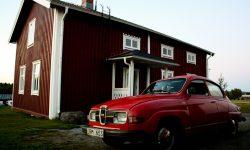 SAAB antiguo frente a cabaña sueca, foto: Israel Úbeda/sweetsweden.com