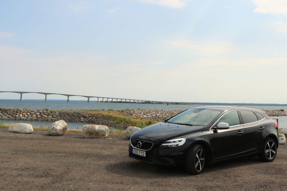 Nuestro Volvo V40 alquilado con Hertz frente al puente de Öland <br> Foto: Israel Úbeda / sweetsweden.com
