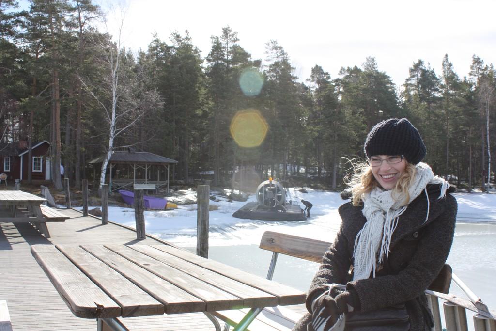 Sofie disfrutando del lago Vänern en Suecia <br> Foto: Israel Úbeda / sweetsweden.com