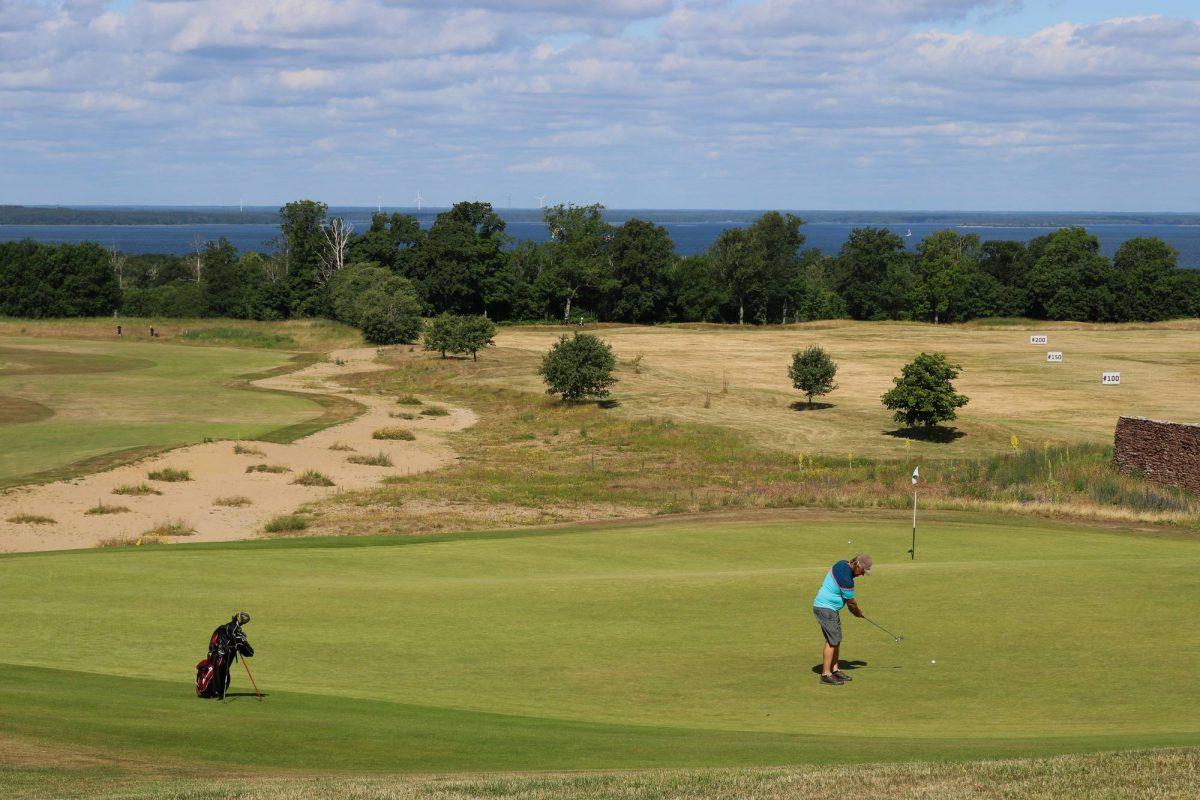Jugando al golf en Öland, Suecia <br> Foto: Israel Úbeda / sweetsweden.com