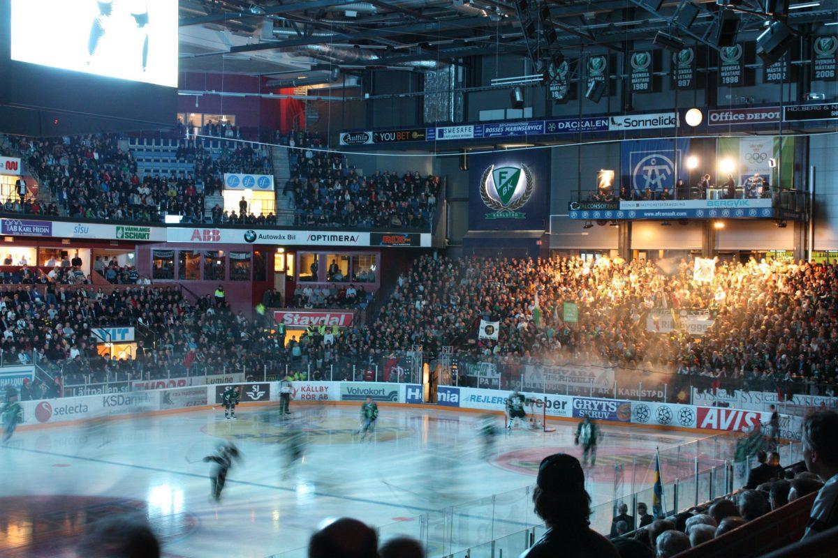 Viendo un partido de hockey hielo en Suecia en Karlstad <br> Foto: Israel Úbeda / sweetsweden.com