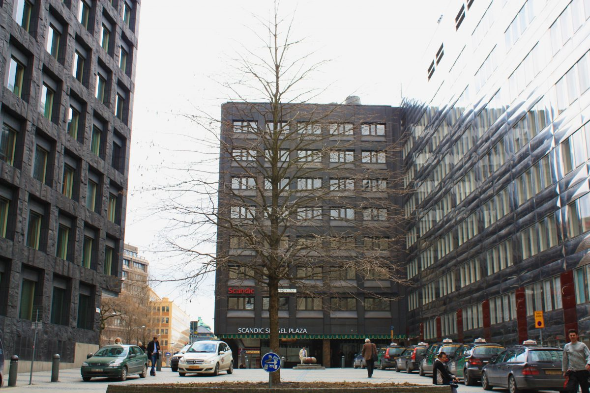 Árbol sin vegetación a principios de abril frente al Hotel Scandic Sergel Plaza en Estocolmo <br> Foto: Israel Úbeda / sweetsweden.com