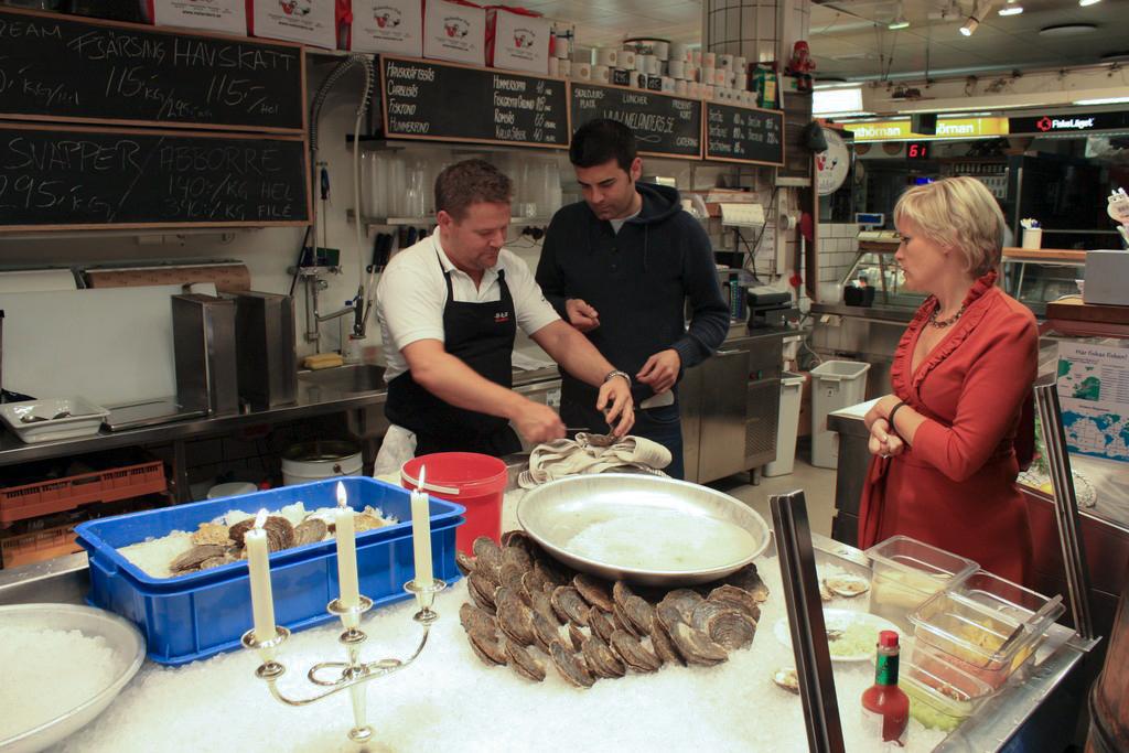 El experto abriendo ostras <br> Foto: Israel Úbeda / sweetsweden.com