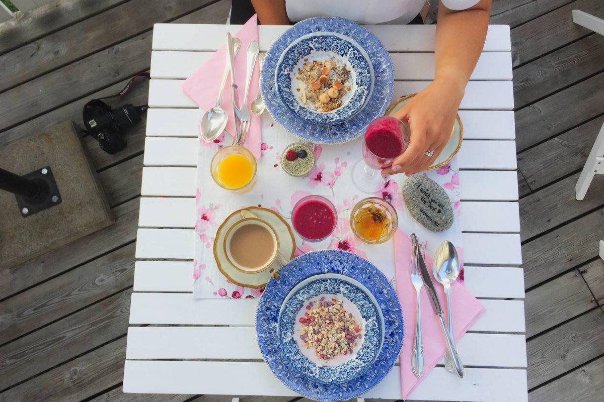Desayunando en la terraza de Annas Hotell <br> Foto: Israel Úbeda / sweetsweden.com