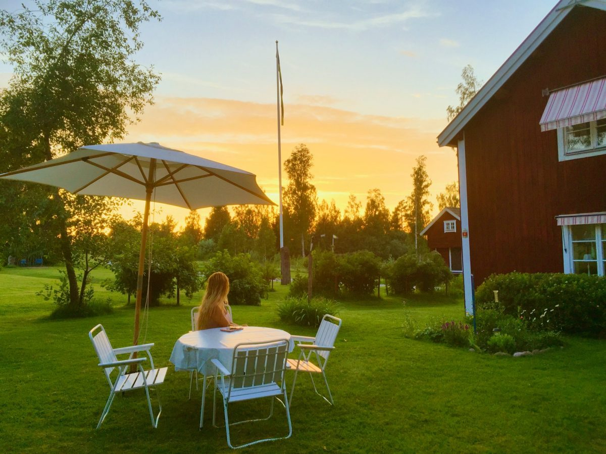 Disfrutando las puestas de sol desde nuestro jardín en Kullbjörken, Dalarna <br> Foto: Israel Úbeda / sweetsweden.com