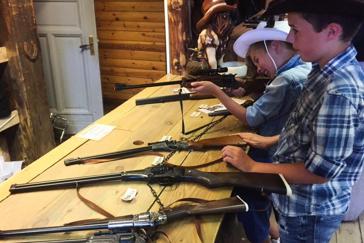 Niños escogiendo sus armas para los duelos en High Chaparral <br> Foto: Israel Úbeda / sweetsweden.com