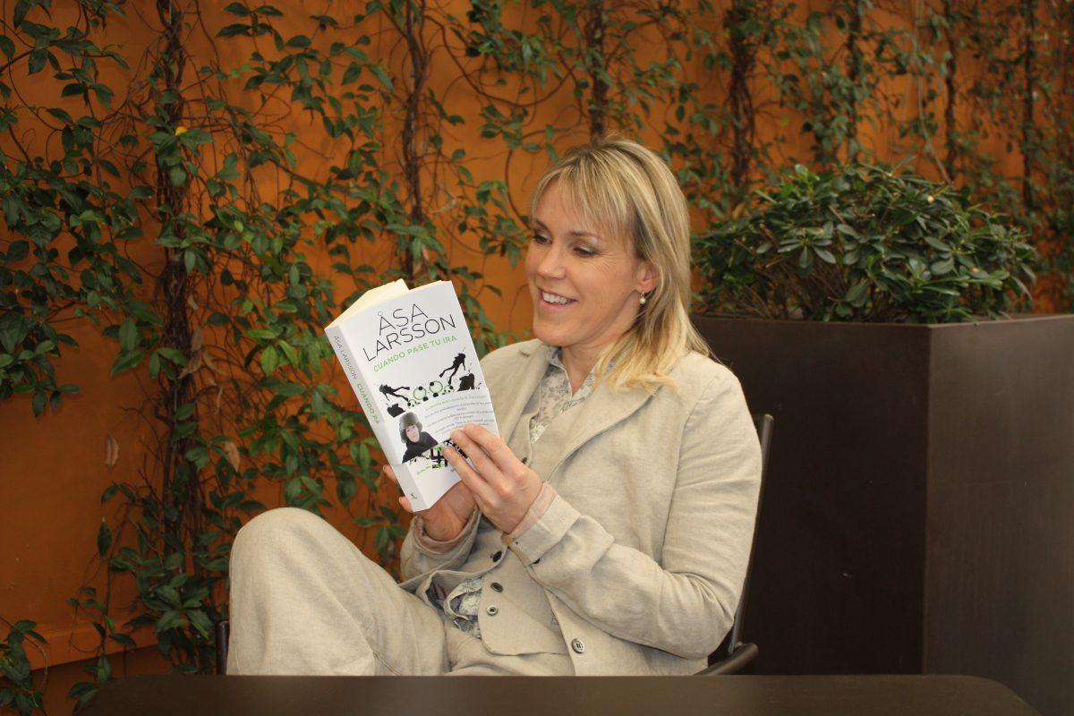 Åsa Larsson ojeando su libro en castellano <br> Foto: Israel Ubeda / sweetsweden.com