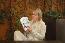 Åsa Larsson ojeando su libro en castellano Foto: Israel Ubeda / sweetsweden.com