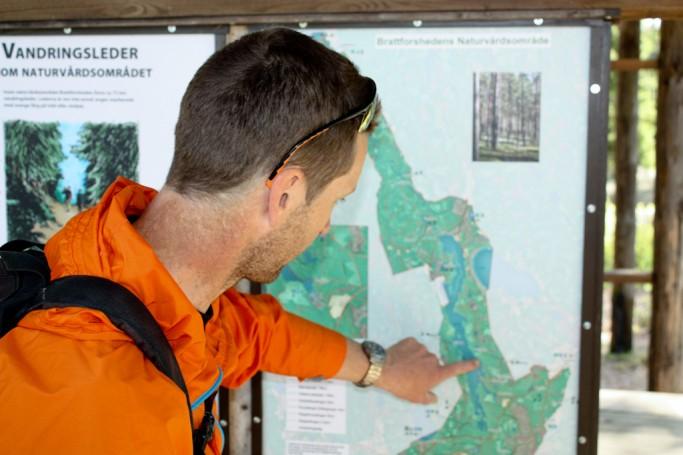 Explicándonos la ruta en mountain bike por Värmland, foto: Israel Úbeda