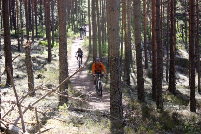 Con el grupo en mountain bike cuesta abajo
