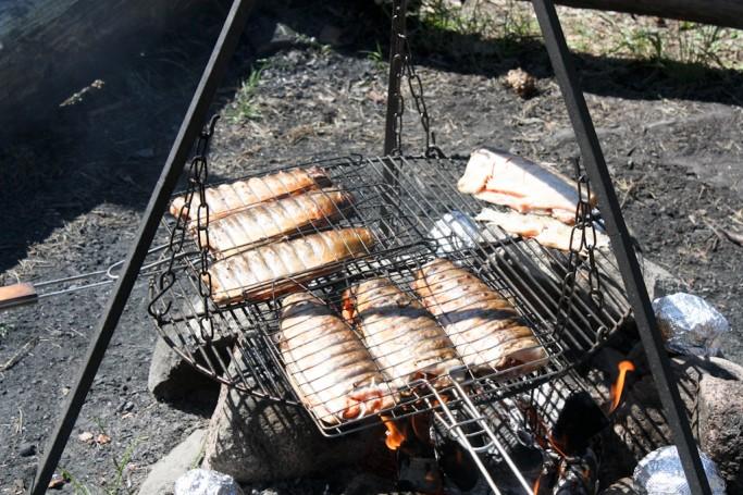 Cocinando el pescado al aire libre, foto: Israel Úbeda