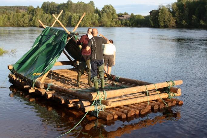 Bailando para celebrar la finalización de nuestra balsa de madera en Värmland, Suecia <br> Foto: Israel Úbeda / sweetsweden.com