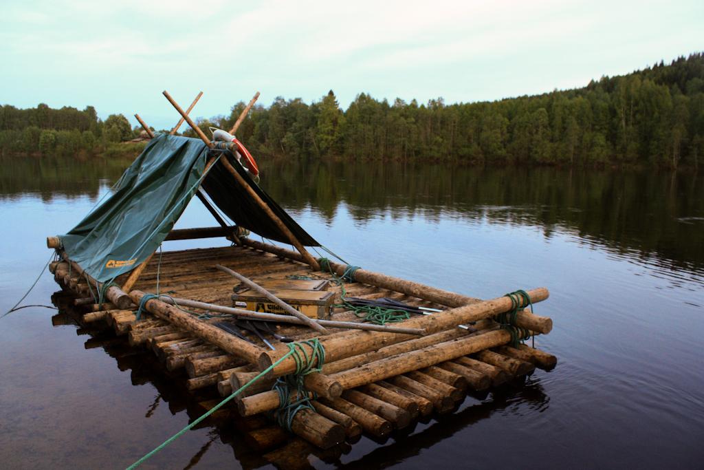 La balsa de troncos lista para surcar el río Klara <br> Foto: Israel Úbeda / sweetsweden.com
