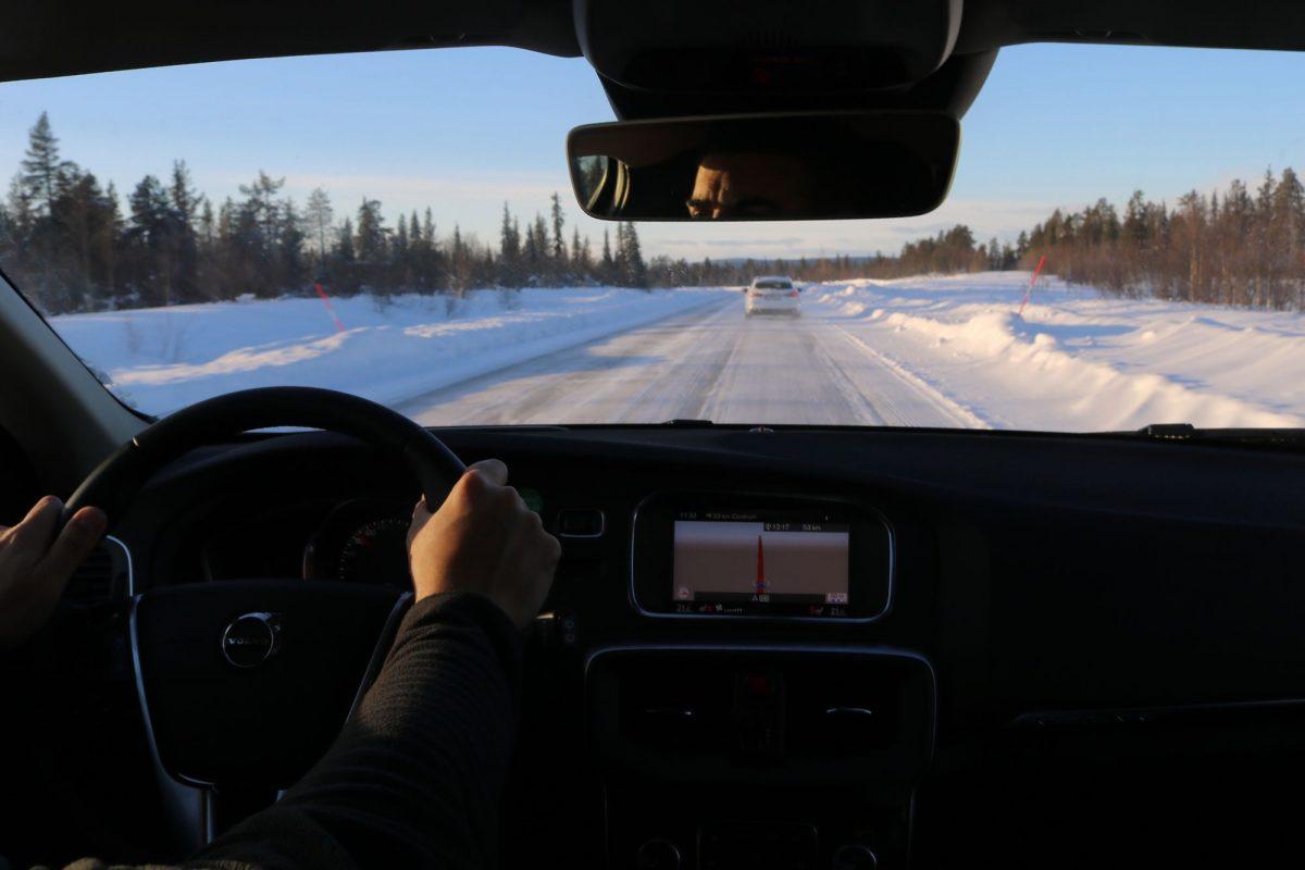 Conduciendo por Laponia en invierno