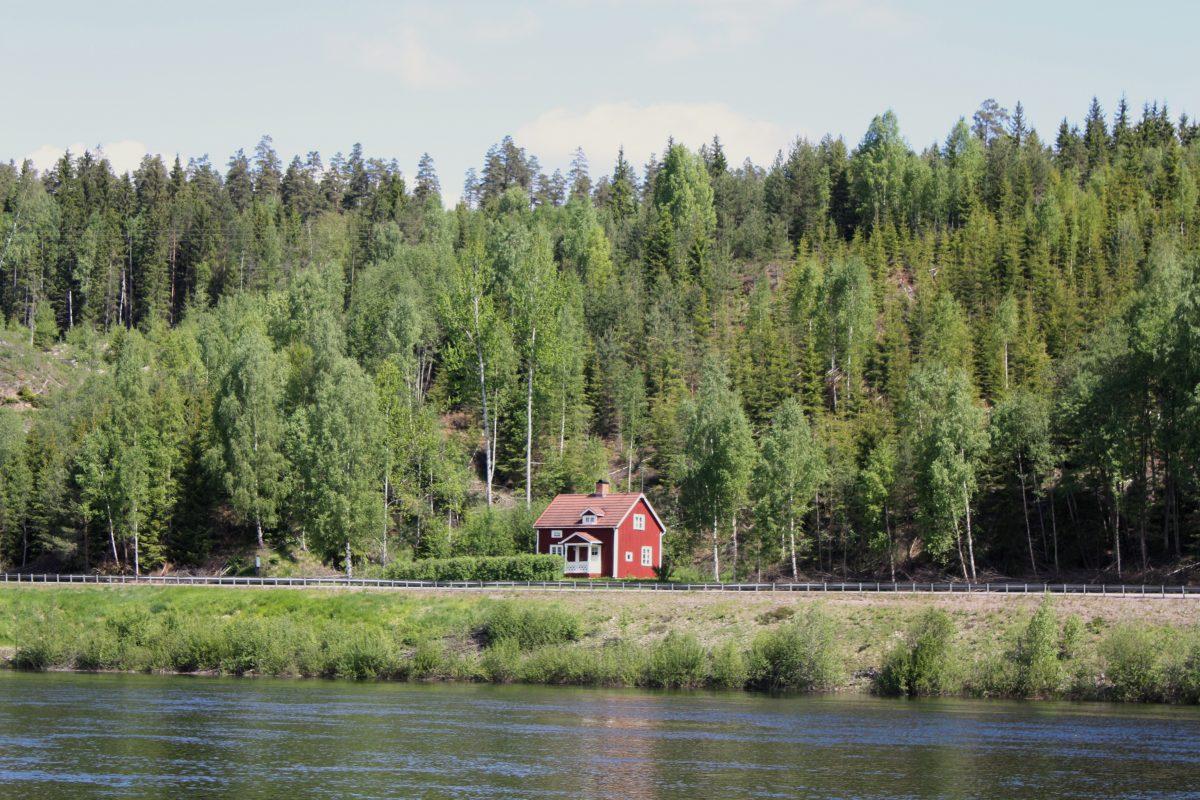 Una casita roja de verano junto al río Klara <br> Foto: Israel Úbeda / sweetsweden.com