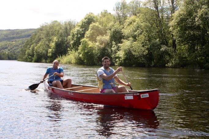 David y yo en canoa por el río Klara en Suecia