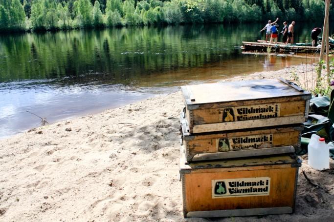 Desmontando la balsa en el río Klara <br> Foto: Israel Úbeda / sweetsweden.com