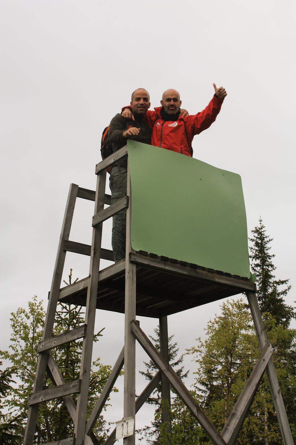 David y Javi subidos a una torre de vigilancia empleada en cacerías <br> Foto: Israel Úbeda