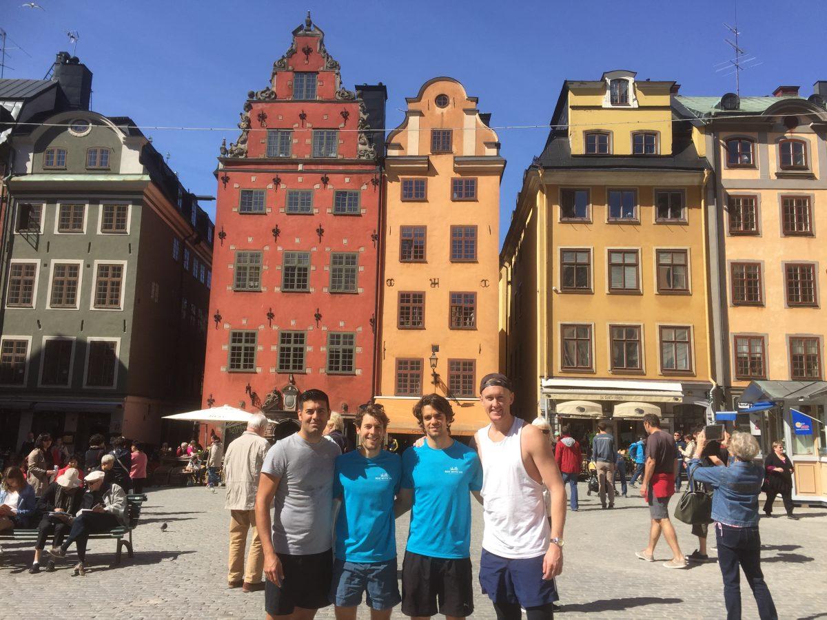 Con Dan y David y otro corredor en Gamla Stan, Estocolmo