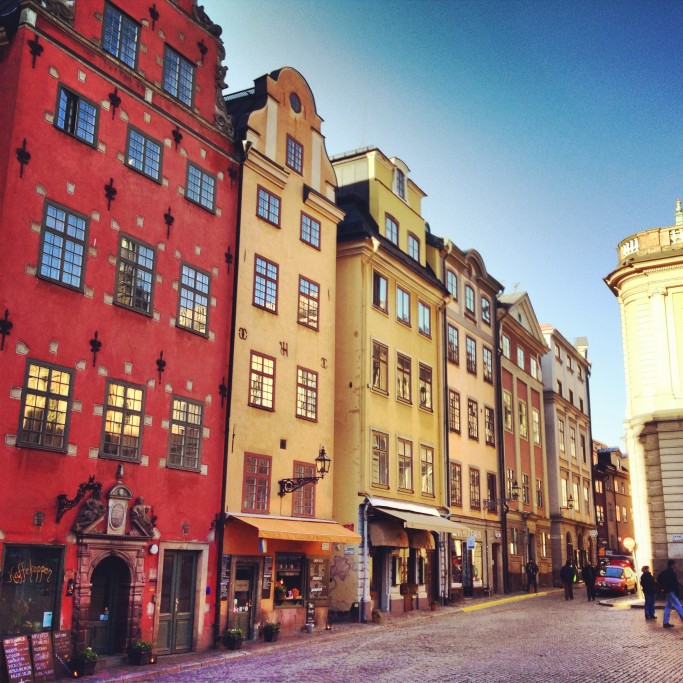 Las coloridas casas de la plaza Stortorget en Gamla Stan, Estocolmo <br> Foto: Israel Úbeda / sweetsweden.com