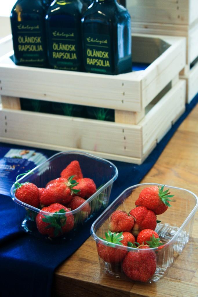 Degustando fresas suecas, foto: Israel Úbeda