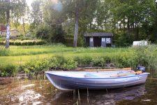 Barca amarrada junto a casitas en el lago Bunn, Småland, Suecia Foto: Israel Úbeda