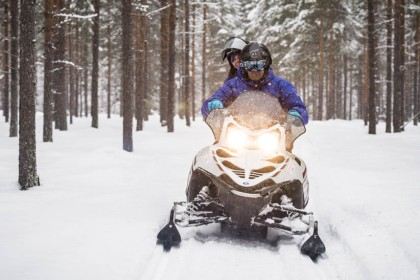 Pilotando moto de nieve en Laponia sueca - Foto: Ted Logart / visitskellefteå.se