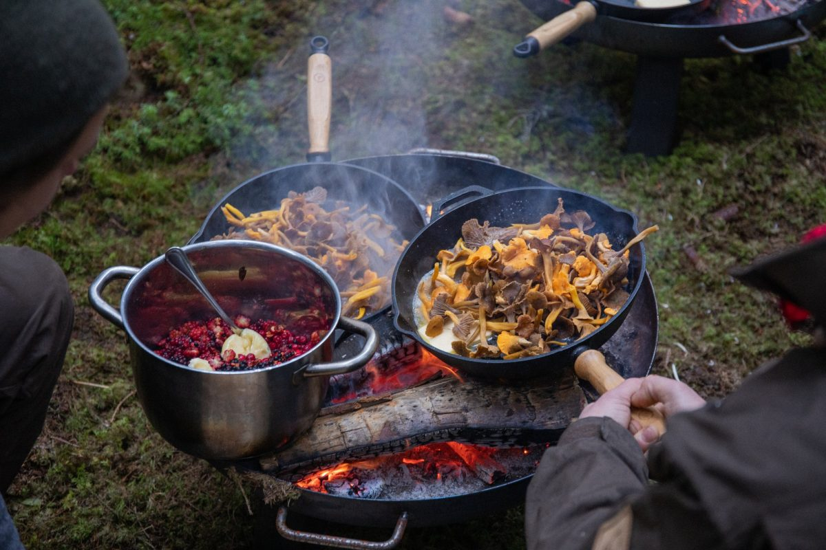 Preparando comida para en el bosque en Suecia <br> Foto: August Dellert