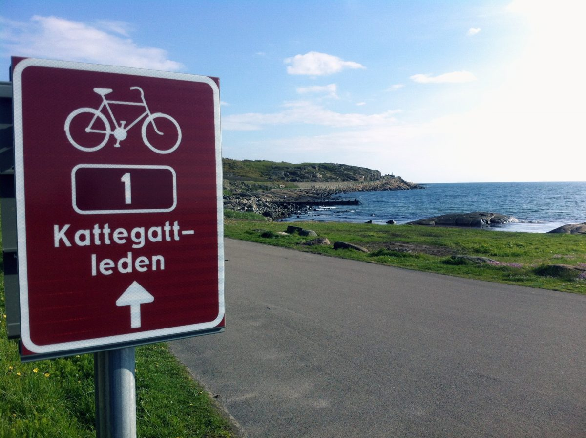 White on red number 1 mark the Kattegattleden cycle route <br> Foto: Region Halland