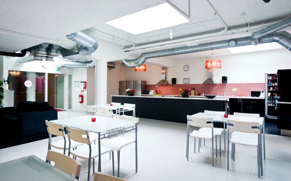 Zonas comunes amplias y decoradas con gusto en el Stockholm Hostel