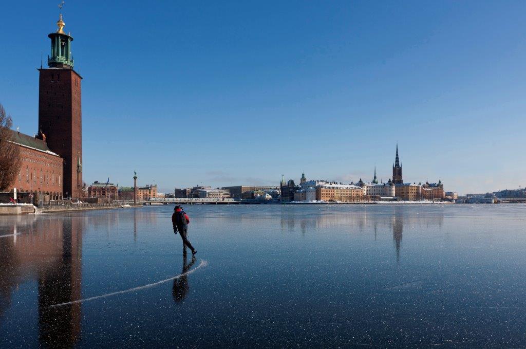 Patinando sobre hielo frente al Ayuntamiento de Estocolmo <br> Foto: Henrik Trygg