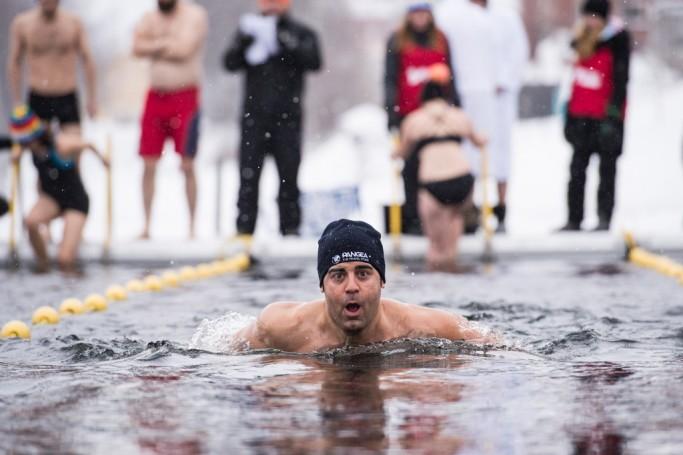 Winter Swim, nadando en aguas heladas en Laponia sueca <br> Foto: Ted Logart / visitskellefteå.se