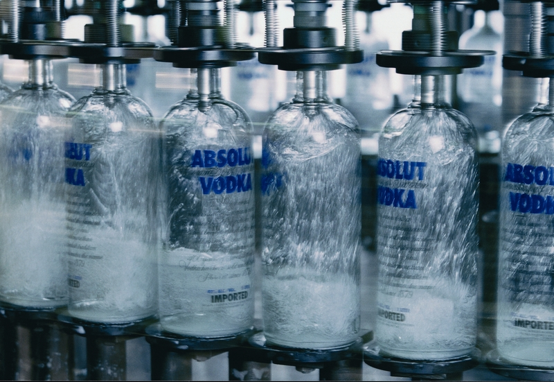 Embotellando vodka en la planta de Absolut en Åhus <br> Foto: absolut.com
