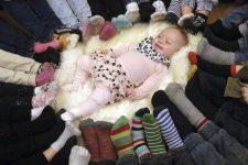 Adelina rodeada de calcetines #rockasockorna Foto: Frida Ekborg - Kungalvsposten