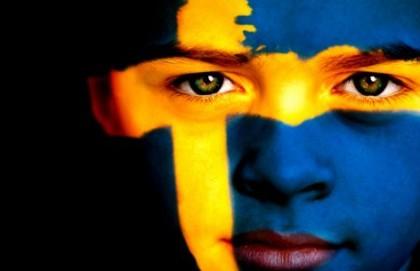 Niño con la bandera sueca pintada en la cara