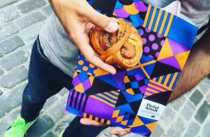 Disfrutando de bollitos de canela y cardamomo en Suecia - Foto: Israel Úbeda / sweetsweden.com