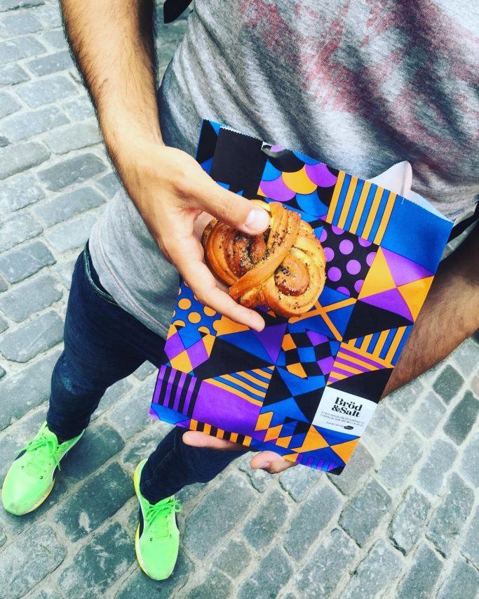 Disfrutando de bollitos de canela y cardamomo en Suecia <br> Foto: Israel Úbeda / sweetsweden.com