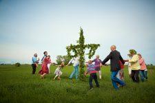 Midsommar y los bailes junto al palo de mayo Foto: Carolina Romare / imagebank.sweden.se