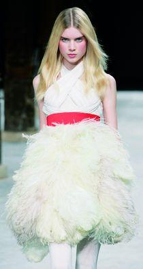 Elsa Sylvan desfilando para Givenchi