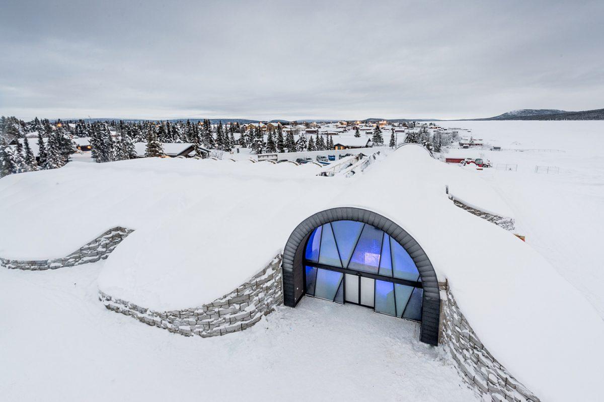 La entrada del ICEHOTEL 365 en la Laponia sueca <br> Foto: Asaf Kliger